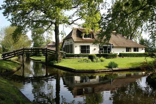 Giethoorn: Village Withou