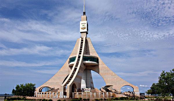 Torre de la Libertad dominates Bata